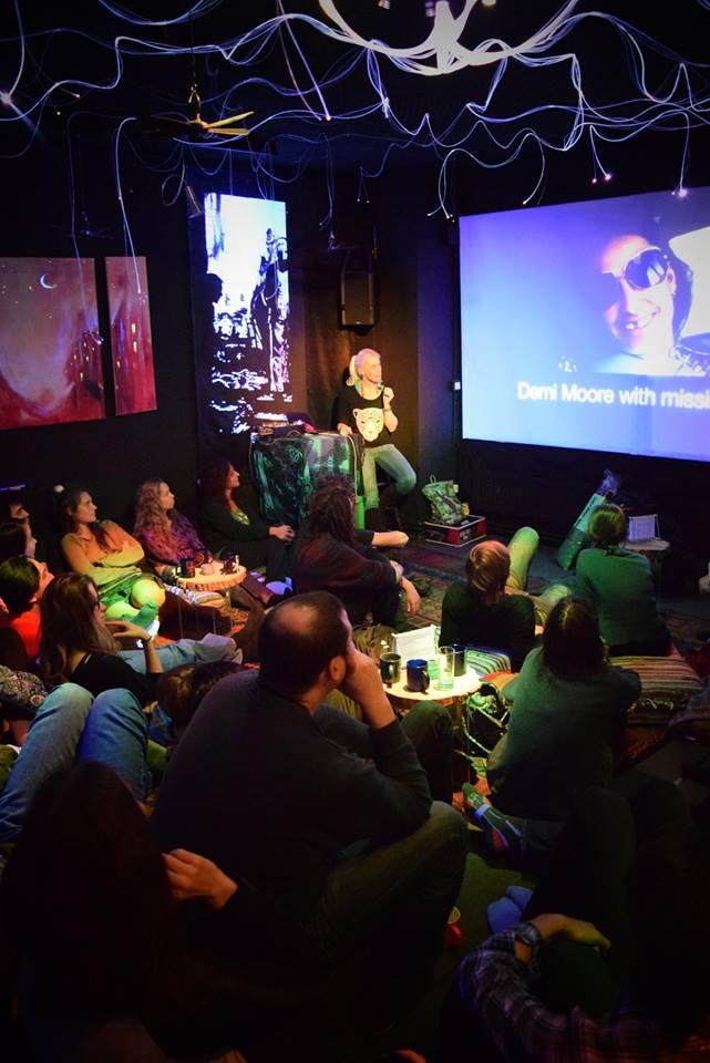 Vortrag in der Nomad Bar in Berlin über das luzide Träumen mit Alice Grinda
